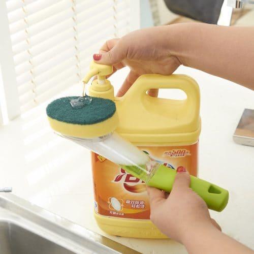 Пласмассовая щетка для мытья посуды с ручкой, дозатором моющего средства и губкой