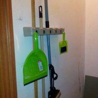 Универсальный настенный пластиковый держатель-органайзер для швабр, инвентаря на кухню