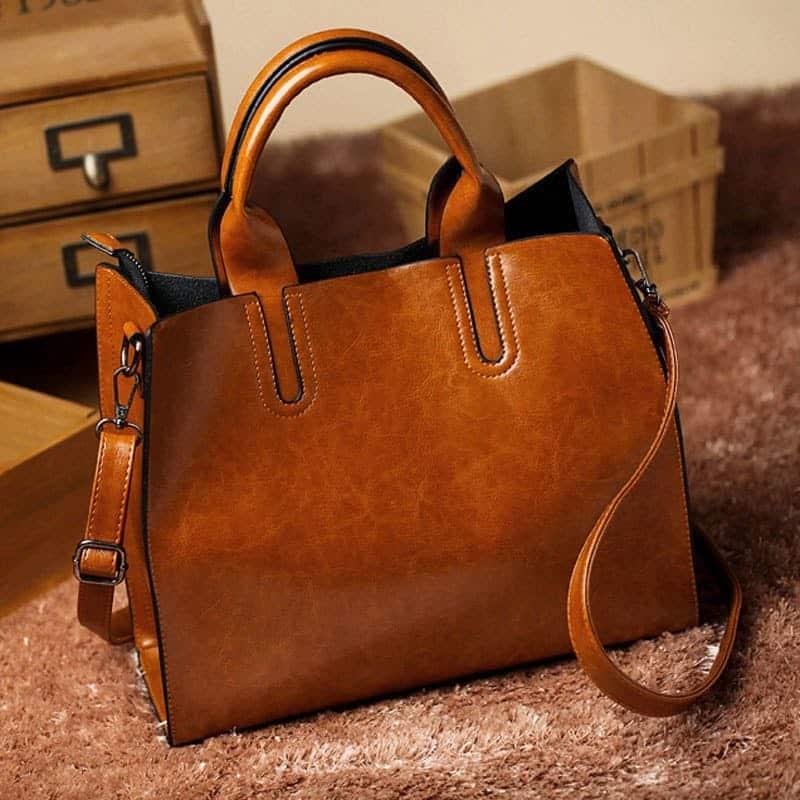 4987e56a0b02 Большая вместительная удобная женская сумка прямоугольной формы из  искусственной кожи с двумя короткими ручками и ремнем