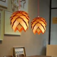 Деревянный подвесной светильник-лампа в виде шишки для кухни (черный, белый, желтый, коричневый)