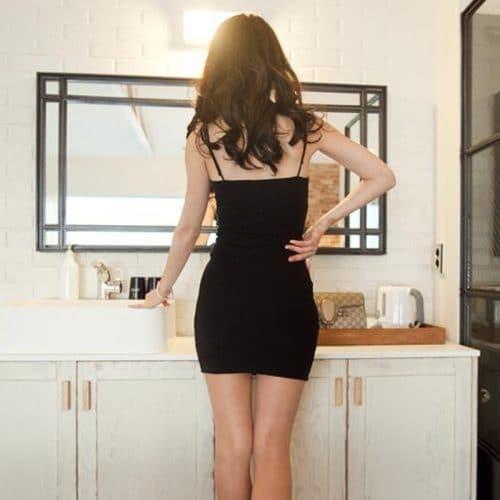 Короткое мини платье-футляр без рукавов на тонких лямках, из полиэстра и хлопка, черное, синее, серое и белое