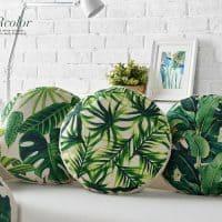 Круглые подушки на диван для декора с растениями