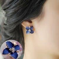 Серьги из сплава с камнями в виде синего цветка
