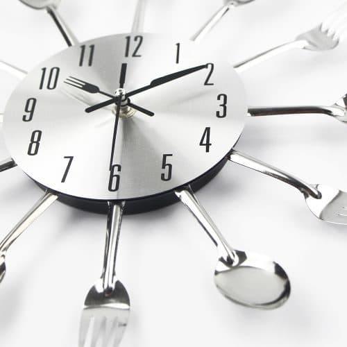 Настенные кварцевые часы с вилками и ложками на кухню
