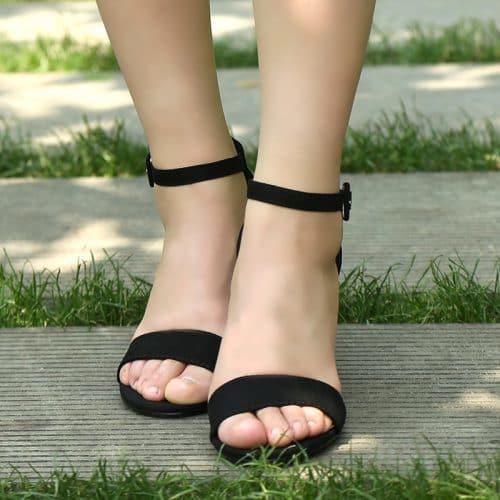 Черные и бежевые женские босоножки из искусственной замши с вышивкой на каблуке 7,5 см
