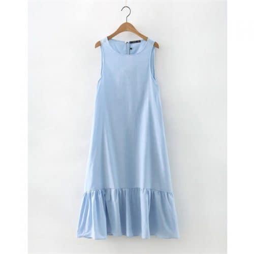 Женское голубое длинное летнее платье свободного кроя с оборками внизу