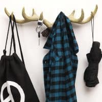 Деревянная вешалка в виде рогов для одежды и головных уборов