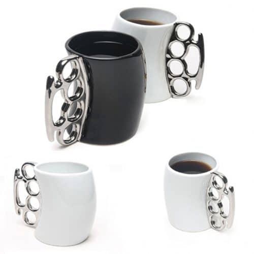 Черная и белая кружка-чашка с ручкой в виде кастета