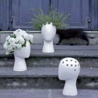 Керамическая декоративная белая и черная ваза в виде человеческой головы
