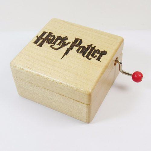 Музыкальная шкатулка, которая проигрывает главную тему серии фильмов Гарри Поттера