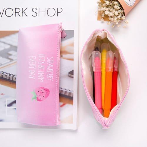 Розовый нежный пенал для карандашей и канцелярских принадлежностей с изображением клубники