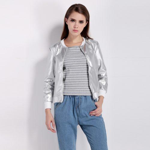 Женская демисезонная куртка-бомбер на молнии без капюшона серебристого цвета металлик