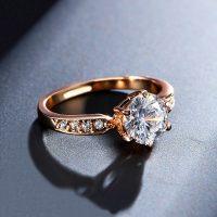 Женское обручальное кольцо с камнем кубическим цирконием