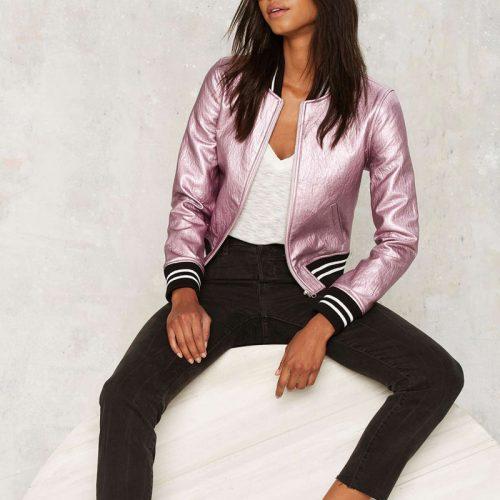 Женская демисезонная куртка-бомбер на молнии без капюшона розового цвета металлик