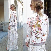 Женская белая демисезонная куртка-бомбер на молнии без капюшона с рисунком птиц и цветов