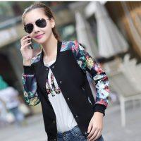 Женская демисезонная куртка-бомбер на кнопках без капюшона с цветами на рукавах (черный, белый)