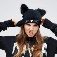 Женская черная шапка с меховыми ушками и усами кошки