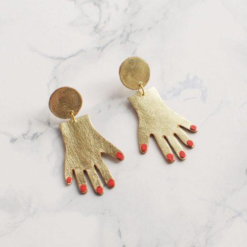 Серьги гвоздики в виде кистей рук с красными ногтями