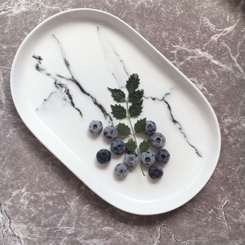 Керамическая черная и белая овальная тарелка под мрамор