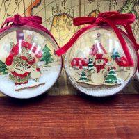 Пластиковые прозрачные елочные шары с красной лентой и новогодними композициями внутри (в наборе 2 шт.)