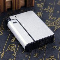 Металлический портсигар с зажигалкой и автоматическим выбросом сигарет