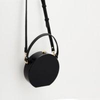 Маленькая черная круглая сумка клатч с ручкой и плечевым ремнем