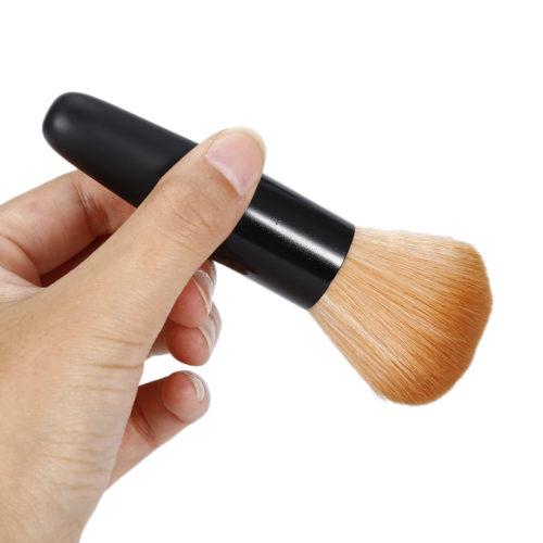Большая кисть с длинным ворсом для нанесения пудры в макияже