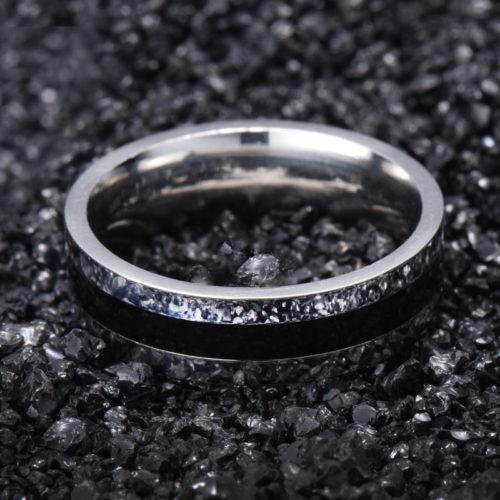 Мужское кольцо серебристого цвета с черной полоской