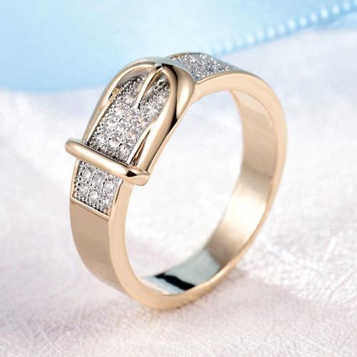 Кольцо с камнями в виде ремня с пряжкой