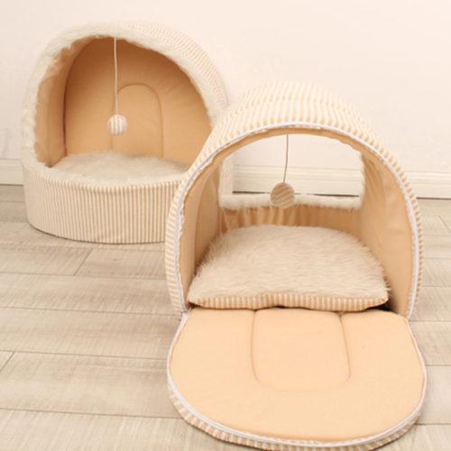 Бежевый домик-кровать с подвесной игрушкой-шариком с подушкой для лежания для кошек и небольших собак