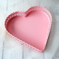 Розовый металлический лоток-поднос для хранения в виде сердца