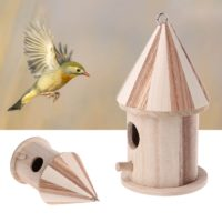 Маленький деревянный скворечник для птиц