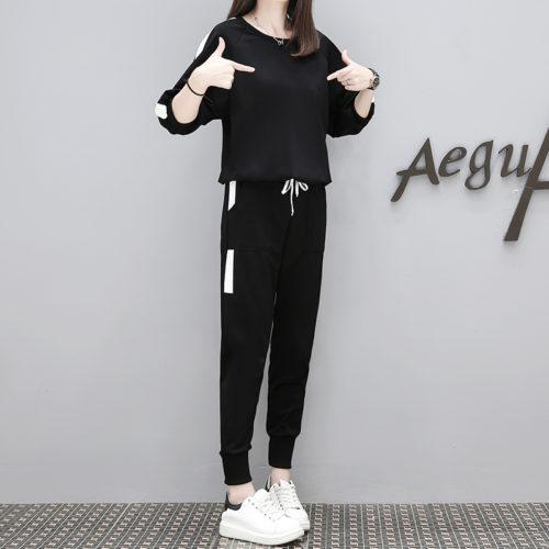 Спортивный женский костюм из брюк и толстовки с длинными рукавами свободного кроя