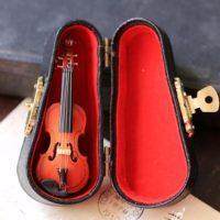 Брошь в виде скрипки