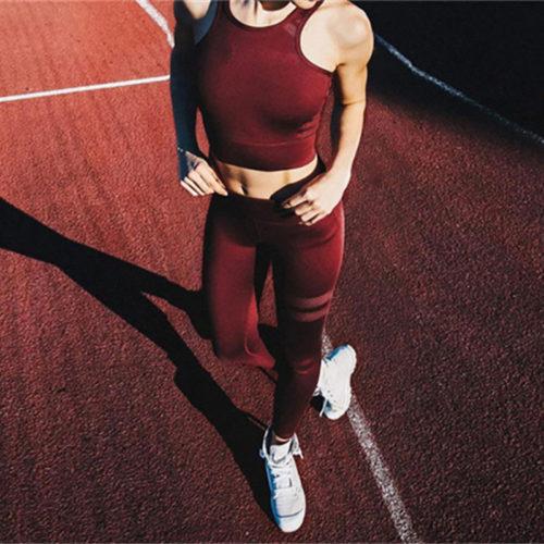 Женский спортивный костюм разных цветов (леггинсы и топ) для тренировок