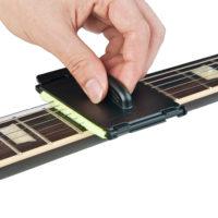 Устройство для очистки струн гитары