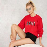 Красная женская толстовка пуловер с надписью Chill