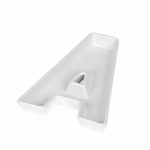 Керамические белые тарелки в виде английских букв