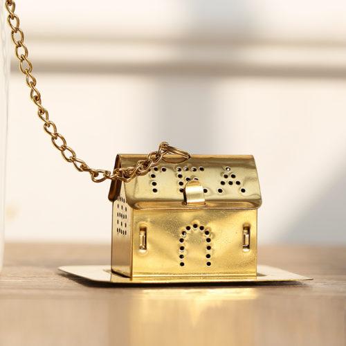 Белые керамические кружки с золотым рисунком созвездий (знаков зодиака) и заварником-домиком (в подарочной упаковке)