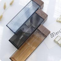 Минималистичная полупрозрачная пластиковая бутылка квадратной формы с деревянной крышкой