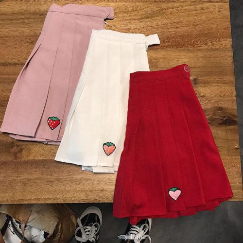 Женская мини юбка с вышивкой клубники