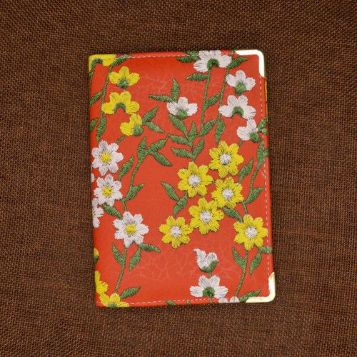 Женская обложка на паспорт с рисунком вышитых цветов и с отделениями для карточек