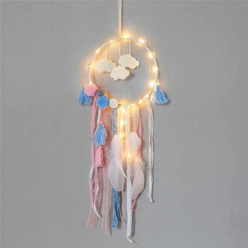 Светодиодный ловец снов с облаками, белыми перьями и красочными кисточками
