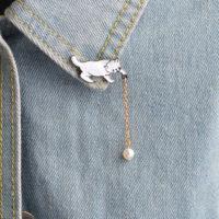 Значок брошь в виде котенка с бусиной на цепочке