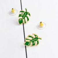 Серьги-гвоздики в виде зеленых тропических листьев монстеры