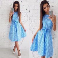 Приталенное белое или голубое платье в горошек без рукавов