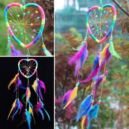Радужный небольшой ловец снов на стену в форме сердца, с разноцветными перьями и бусинами