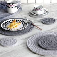 Вязаные круглые серые или бежевые коврики под посуду разных размеров