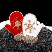 Металлическая брошь 4,4 см в виде новогодних варежек со снежинками и стразами