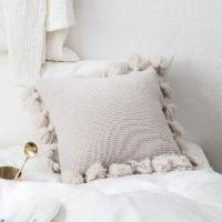 Мягкая вязаная наволочка для подушки 45 см с кисточками